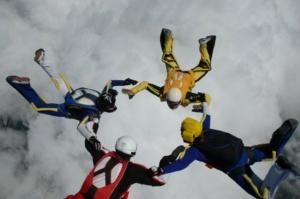 Szabadesés ejtőernyőzés közben